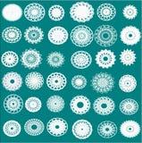 Treinta y seis diversos copos de nieve blancos, flores y servilletas en un fondo verde claro stock de ilustración