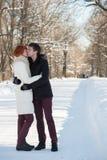 Étreinte de couples en parc Image stock