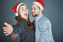 Étreinte de couples et Noël heureux d'amour Photo stock