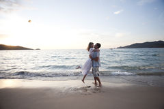 Étreinte des couples de jeunes amoureux Photographie stock libre de droits