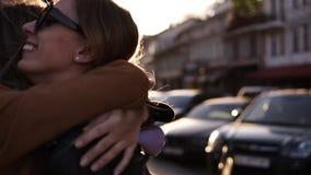 ?treinte heureuse de deux jeunes filles Femelles embrassant, riant et excit?es Amitié de femme, promenade dans la ville banque de vidéos