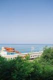 Treintraliewerk langs kustlijn met aquatische dia tegen het overzees Stock Afbeeldingen