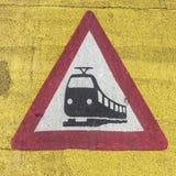 Treinwaarschuwingsbord bij een spoorweg kruising Royalty-vrije Stock Foto's
