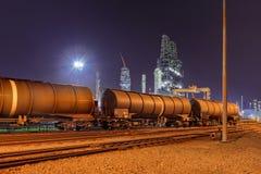 Treinwagens bij een olieraffinaderij bij nacht, Haven van Antwerpen, België stock afbeelding