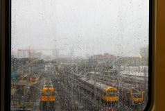 Treinwerf door regenachtig treinvenster wordt gezien in Brisbane Australië dat stock foto