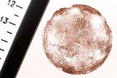 Treizième Bitcoin Emboutissez les pièces de monnaie virtuelles dans le rétro style près de la vieille règle Tonalité de Brown Pou Images stock