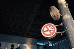 Trek de rookteken aan van ` t Stock Afbeeldingen