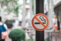 Trek de rookteken van ` t met bokehachtergrond aan Royalty-vrije Stock Foto