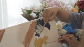 Trek een beeld op canvas stock video