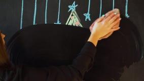 Trek een Kerstboom met krijt op een lei Van de de Kaartaffiche van de nieuwjaargroet de Bannermalplaatje stock videobeelden