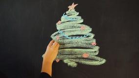 Trek een Kerstboom met krijt op een lei Van de de Kaartaffiche van de nieuwjaargroet de Bannermalplaatje stock video