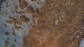 Trek het hart op het natte zand stock footage