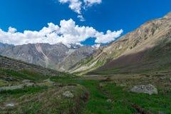 Trek i Chitkul - den Sangla dalen royaltyfria bilder