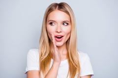 Trek ` t vertellen aan iedereen! Praatzieke geheimzinnige vrij mooie vrouw w stock fotografie