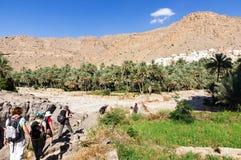 Trek in Wadi Bani Khalid - Oman stock foto's