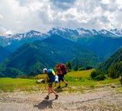 treking在Svaneti的女性远足者 库存图片