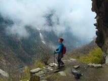 Treking in Himalaya/viaggiatore con zaino e sacco a pelo in Himalaya Fotografia Stock