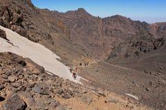 Treking op de hoogste top Toubkal in Marokko Stock Fotografie