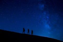 Treking på natten arkivbild