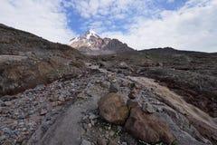 Treking para o pico de Kazbek nas montanhas do Cáucaso Fotografia de Stock Royalty Free
