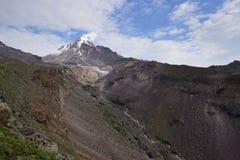 Treking para o pico de Kazbek nas montanhas do Cáucaso Imagem de Stock Royalty Free