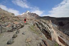 Treking voor de Kazbek-piek in de bergen van de Kaukasus Stock Afbeelding