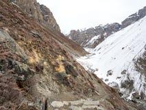 Trekingsweg samen met berg en sneeuw aan Thorong Phedi Royalty-vrije Stock Foto's