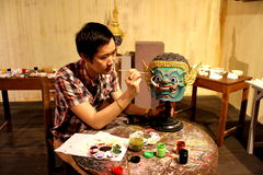 Trekken, die het masker van het het knonedrama of ballet schilderen Thaise cultuur royalty-vrije stock foto