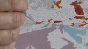 Trekkend door aantallen met een dunne borstel van acrylverven op een wit canvas, modieuze antistresshobby 1080p video stock videobeelden