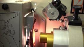 Trekkend 35 mm-film in de professionele projector van de filmbioskoop, 4K video, een deel van reeks stock videobeelden