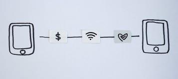 Trekkend slimme telefoon en klein die document als SIM-kaart wordt gesimuleerd Dol Royalty-vrije Stock Foto