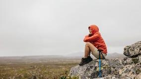 Trekker женщины сидя на холме стоковые фотографии rf