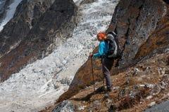 Trekker идет вниз с Ла Larke fron проходит дальше трек цепи Manaslu внутри стоковые изображения