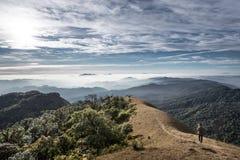 Trekker идя на холм, Monjong, Таиланд Стоковые Изображения