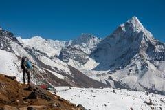Trekker причаливая держателю Amadablam в долине Khumbu на пути к Стоковая Фотография