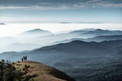 Trekker стоя на холме, Monjong, Таиланд Стоковые Фотографии RF