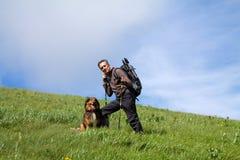 Trekker стоя na górze холма Стоковые Фотографии RF