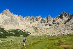 Trekker allant à la gamme de montagne roky images stock