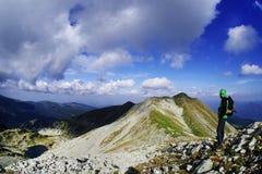 Trekker alpino no parque nacional Retezat, Romênia imagem de stock royalty free