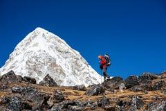 Trekker approchant la montagne de PumoRi en vallée de Khumbu sur un chemin à image libre de droits