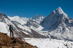 Trekker approchant le bâti d'Amadablam en vallée de Khumbu sur un chemin à photographie stock