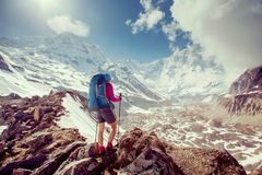 Trekker auf dem Weg zu niedrigem Lager Annapurna, Nepal lizenzfreies stockbild