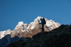 Trekker auf Manaslu-Stromkreiswanderung in Nepal Stockfotos