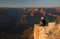 Trekker bewundern Grand Canyon Stockfotos