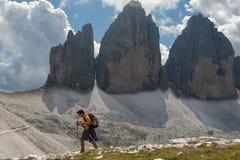 Trekker davanti al Drei Zinnen in un giorno nuvoloso di estate, D Immagine Stock Libera da Diritti