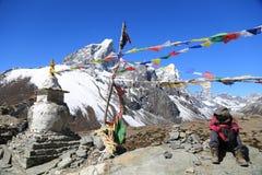 Trekker de Tabuche avec le drapeau de bouddhisme du Népal Photo libre de droits