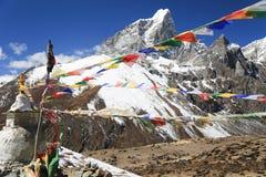 Trekker de Tabuche com a bandeira do buddhism de nepal fotos de stock
