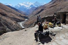 Trekker de touristes près d'une petite boutique haute dans les montagnes Images stock