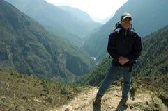 Trekker in de vallei van Himalayagebergte Stock Foto's