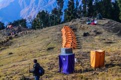 Trekker, der über einem Zeltplatz schaut Stockfotos